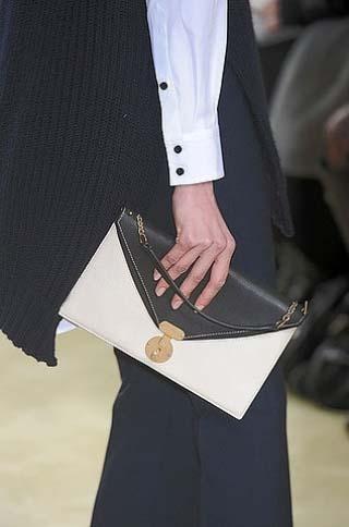 Những chiếc túi cỡ nhỏ dạng phong thư cũng rất được ưa thích vì sự tiện dụng và gọn gàng.