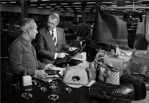 Sau khi công dụng của chiếc túi được phổ biến rộng rãi, những thương gia lớn đã tìm ra cách thức kinh doanh mới bằng cách cho ra đời những chiếc túi xách có tên tuổi. Từ 1950, nổi lên phong trào thiết kế và đã đánh bóng tên tuổi cho các nhà thiết kế quan trọng của thế giới như Chanel, Gucci,Louis Vuitton, Hermès…