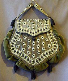 Khi tính thẩm mỹ của con người ngày càng tăng cao thì vào thế kỉ 17, những chiếc túi đã bắt đầu được trang trí phức tạp hơn. Người ta không còn nhìn thấy những túi vải đơn thuần như trước nữa mà thay vào đó là những hình dạng phức tạp hơn. Từ đây, nghề thêu và khâu túi cũng bắt đầu trở nên phổ biến và được các cô gái trẻ yêu thích. Minh họa: Chiếc túi Chatelaine từ năm 1875 làm từ chất liệu nhung với họa tiết thêu bằng tay. Chiếc túi thường được đính vào phần thân váy.