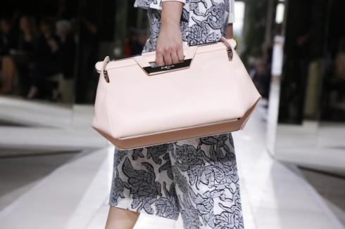 Mẫu túi xách mới nhất của thương hiệu Balenciaga trong BST Xuân Hè 2014 với tông màu hồng pastel ngọt ngào