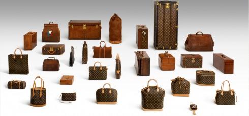 Đây cũng là giai đoạn quan trọng đánh dấu sự chuyển mình của lịch sử túi xách. Người ta đã chứng kiến được sự đổ vỡ của những quan niệm cổ lỗ cũ xưa về thời trang. Thay vào đó, các nhà thiết kế đã tăng thêm nét tươi trẻ phóng khoáng, như thổi vào công chúng một làn gió mới. Và đến thời kỳ này, những nhãn hiệu cổ điển như Dior, Gucci, Hermes, Louis Vuitton vẫn là những nhãn hiệu có dòng túi xách thuộc dạng hàng đầu. Minh họa: Những thiết kế của Louis Vuitton qua dòng thời gian.