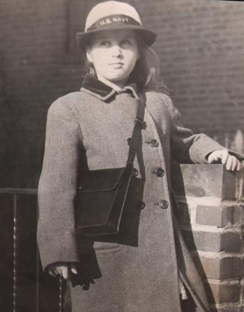 Trong Thế Chiến thứ II (1939 - 1945), những mẫu thiết kế túi xách gọn nhẹ và tiện dụng ra đời để phục vụ chiến đấu. Thường được làm bằng những chất liệu rất bền như da bò sát, da lộn, ...
