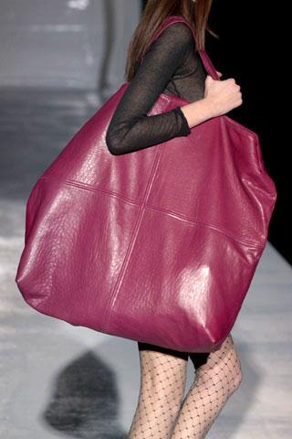 """Trong giai đoạn bùng nổ về kinh tế và thời trang, những chiếc túi xách ngoại cỡ được xem như """"vật bất ly thân"""" không thể thiếu. Cũng từ đây, các cuộc đua trên thương trường cũng bắt đầu khởi động mạnh mẽ hơn."""