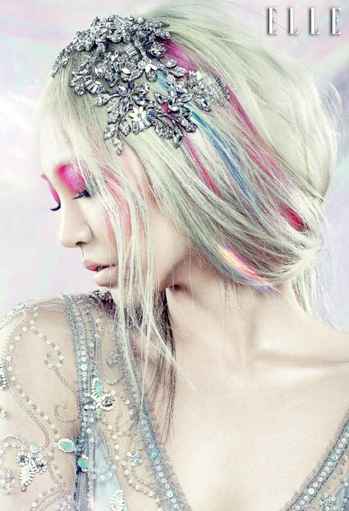 Nếu bạn thích trải nghiệm với màu sắc, hãy thử chọn màu hồng cánh sen phủ đều bầu mắt, đi cùng với những lọn tóc nhuộm tie-dye và cân bằng với đôi môi màu nude.
