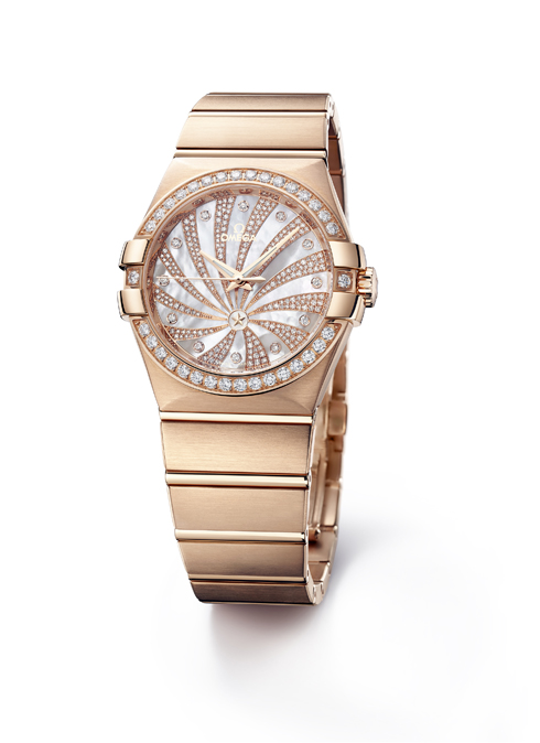 Nằm trong phiên bản đặc biệt cao cấp, chiếc đồng hồ bằng vàng đỏ với hình ảnh chòm sao cách điệu được tạo bởi 260 viên kim cương trên mặt và viền quanh là 34 viên kim cương với kích thước lớn hơn OMEGA