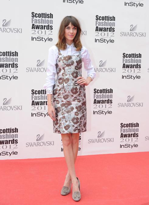 Tại lễ trao giải Scottish Fashion tại Glasgow, cô dịu dàng với chiếc váy hoa của Christopher Kane kết hợp với sơmi trắng đính đá.