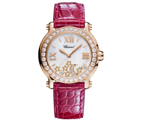 Thuộc dòng Happy Sport 2013 với dây đeo da cá sấu màu hồng nổi bật, vỏ bằng thép không gỉ, mặt sapphire và đặc biệt là những ngôi sao cùng mặt trăng kim cương chuyển động trên mặt đồng hồ CHOPARD