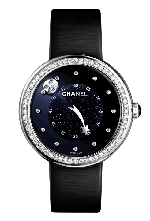 Mẫu đồng hồ Mademoiselle Privé có thiết kế vỏ từ vàng trắng và 60 viên kim cương, đặc biệt là mặt đồng hồ màu xanh biển với 12 viên kim cương thay cho số, vòm đá kim sa CHANEL