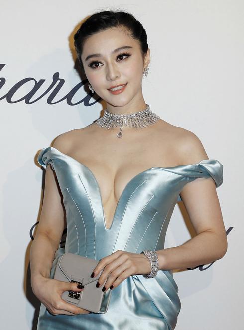 Diễn viên Phạm Băng Băng với chiếc đồng hồ Chopard mang tên L'Heure du Diamant phủ hoàn toàn bằng kim cương tỏa sáng lấp lánh như những ngôi sao đêm huyền ảo.