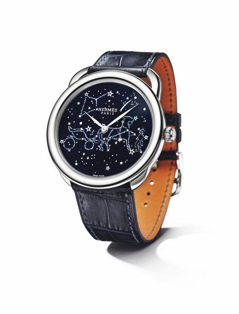 Mặt đồng hồ được phác nét dựa trên biểu tượng Hermès, sau đó được nung, khảm vàng, tráng men vô cùng kì công HERMÈS