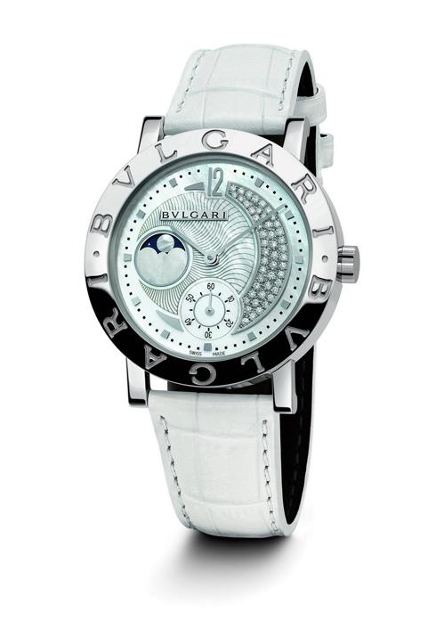 """Nằm trong BST """"Bulgari Bulgari"""" chiếc đồng hồ mang tên Moonphase này được chế tác từ ngọc trai, kim cương, và dây da cá sấu BVLGARI"""