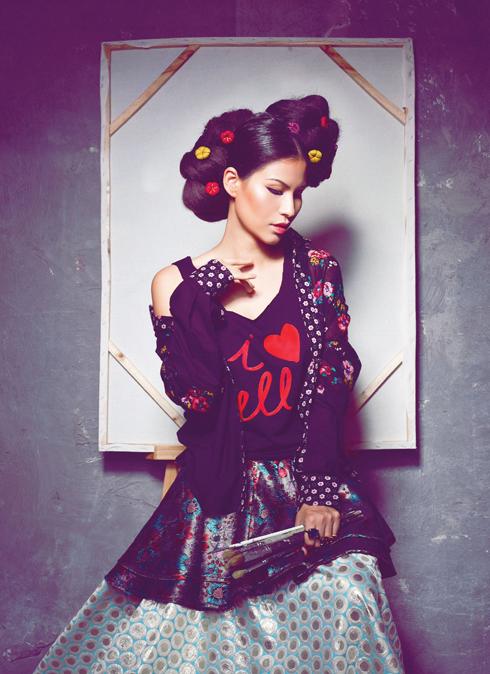 Thủy Nguyễn -  Nét kiêu sa của nhà thiết kế thời trang Thủy Nguyễn được tôn lên với khuôn mặt trang điểm sắc nét. Tuy nhiên, chút trễ nãi nơi vai áo đã giữ cô ở lại thì hiện tại, trong vẻ đẹp yêu kiều, gợi cảm làm xiêu lòng những ai yêu cái đẹp mong manh. Tạo hình của cô được lấy cảm hứng từ những bức chân dung tự họa của nữ họa sĩ lừng danh Frida Kahlo.<br/>Áo sơmi Anna Võ - Váy ngắn ngoài Thủy Design - Váy dài bên trong Anna Võ - Nhẫn Ethophen