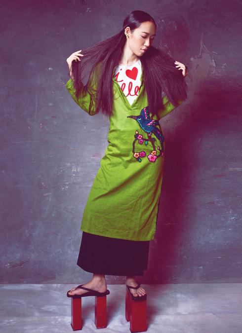 Kim Khanh -  Khanh là một nhà thiết kế hay một người mẫu? Thật khó nói! Cô vẫn đều đặn cho ra mắt các bộ sưu tập hàng năm, và vẫn là nàng thơ của không ít bộ hình. Công việc nào cũng thử thách, có lẽ cũng như việc đi lại vững chắc trên đôi guốc gỗ theo kiểu Nhật này. Thế nhưng, chẳng phải đa số phụ nữ ELLE đều như vậy: vững vàng trên mọi con đường của mình.<br/>Áo xanh thêu tay Ethophen - Chân váy đen LNKK - Nhẫn và hoa tai Ethophen - Guốc Thủy Design