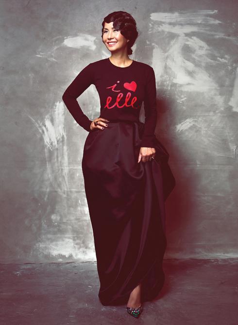 Ngọc Mỹ -  Chiếc áo thun in chữ I Love Elle đầy trẻ trung và cá tính có vẻ như chẳng hề tương phản khi được ghép cùng kiểu tóc và chiếc váy lụa rất