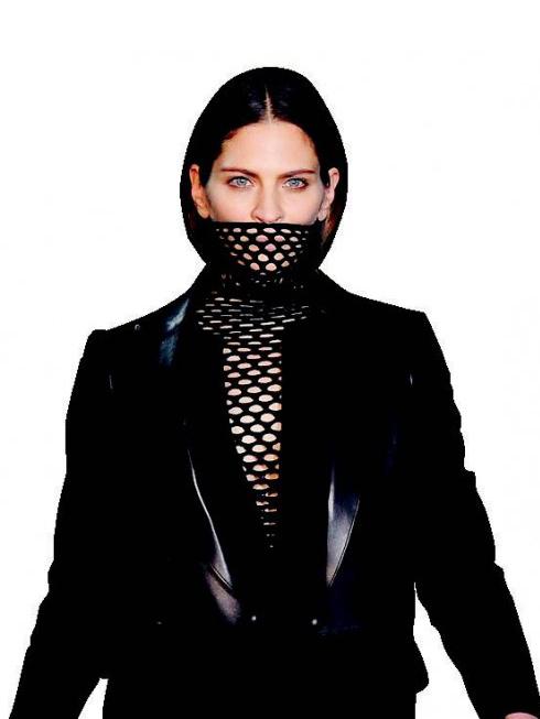 D. Don't Speak - Cổ áo lưới<br/>Bạn có tin thời trang giúp bạn giữ nhiều bí mật? Hãy tự mình trải nghiệm những thiết kế có cổ áo kéo cao bằng chất liệu lưới này của Alexander Wang.