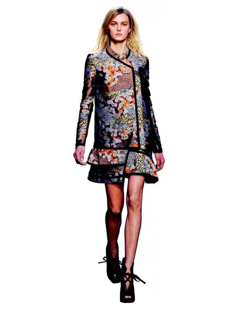 K. Knees - Đường xẻ táo bạo<br/>Các BST Thu-Đông năm nay ưa chuộng những chiếc váy quá đầu gối, với đường xẻ bất ngờ để lộ đôi chân dài quyến rũ.
