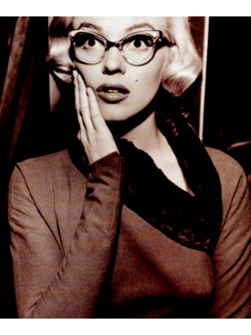 M. Marilyn Spec - Nữ tính như Marilyn<br/>Bạn có nhận ra điểm đặc biệt trong bức ảnh này? Cặp kính mắt mèo độc đáo? Marilyn Monroe bốc lửa? Không chỉ có thế! Hãy chú ý tới thiết kế cổ áo lông và chiếc váy với đường cắt sắc lẹm ôm sát người.