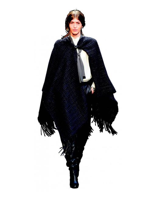 P. Paul Revere - Nét phiêu du<br/>Hermès biến những cô gái đẹp thành nữ kị sĩ với áo choàng capes màu xanh đen bí ẩn như bầu trời đêm, áo sơmi tay bồng trắng, quần và bốt cao cổ da lộn.