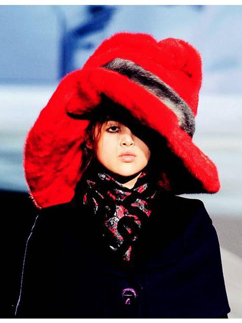 S. Suess-ing It Up - Hoạt hình ngộ nghĩnh<br/>Người mẫu của Marc Jacobs trông giống nhân vật hoạt hình, vô cùng ngộ nghĩnh với mũ lông đỏ và những chiếc cúc áo khổng lồ. Thời trang luôn là một trò chơi thú vị!