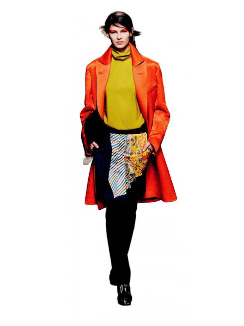 T. Two Bottoms, One Girl - Cảm hứng rock<br/>NTK Dries Van Noten mang phong cách thời trang grunge(một nhánh củaalternative rock) của thập niên 90's trở lại:đầm xếp nếp hoặcđầm xòe mặc bên ngoài quần ngắn tới mắt cá chân