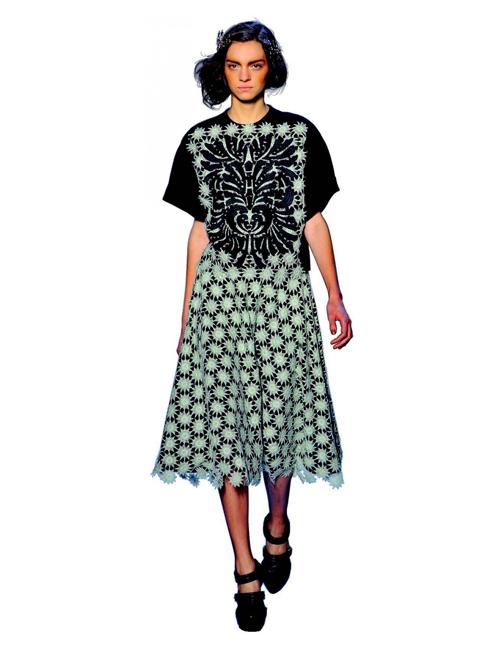 Y. Yes To Third Dres - Chiếc đầm cổ điển<br/>Nếu bạn vẫn thường đau đầu mỗi sáng vì phải chọn lựa trang phục cho ngày mới, tại sao không chọn những chiếc đầm một mảnh đơn giản như thiết kế này của Rodarte: dịu dàng, nữ tính và chic.