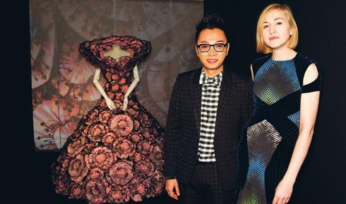Nhà thiết kế Công Trí bên một thiết kế lấy cảm hứng từ nấm trong triển lãm.