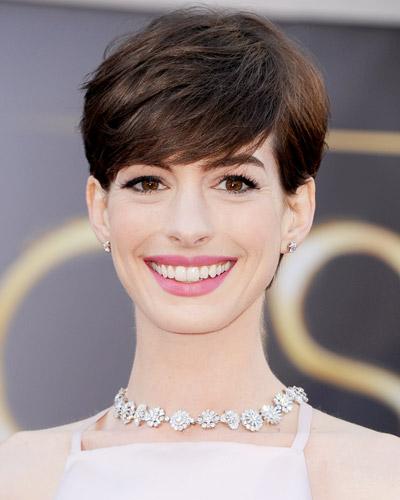 Nếu bạn sở hữu đôi mắt đẹp, hãy để chiều dài của phần tóc vừa qua chân mày một chút. <br/>Mái tóc tém của Anne Hathaway với phần mái chấm quá chân mày làm nổi bật đôi mắt và làn da trắng mịn.