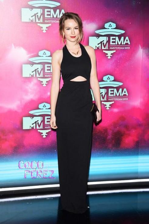 Bridgit Mendler, nữ ca sĩ 20 tuổi, xuất hiện trong chiếc đầm dài cut-outs của AQ/AQ giày Krut Geiger và vòng cổ Libertine Giles Deacon.