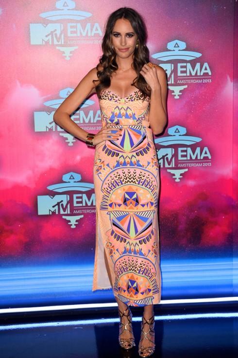 Ngôi sao truyền hình Louise Roe trong bộ váy đầy màu sắc - thiết kế Xuân Hè mới nhất của Mara Hoffman. Cô phối kèm trang sức vàng kim và giày Jimmy Choo.