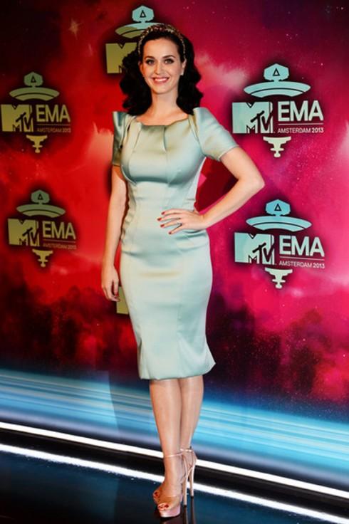 Katy Perry trở thành cô nàng cổ điển đáng yêu với chiếc đầm satin màu xanh dịu ngọt Zac Posen, cài tóc Dolce&Gabbana và đôi giày hở mũi trong suốt Charlotte Olympia.