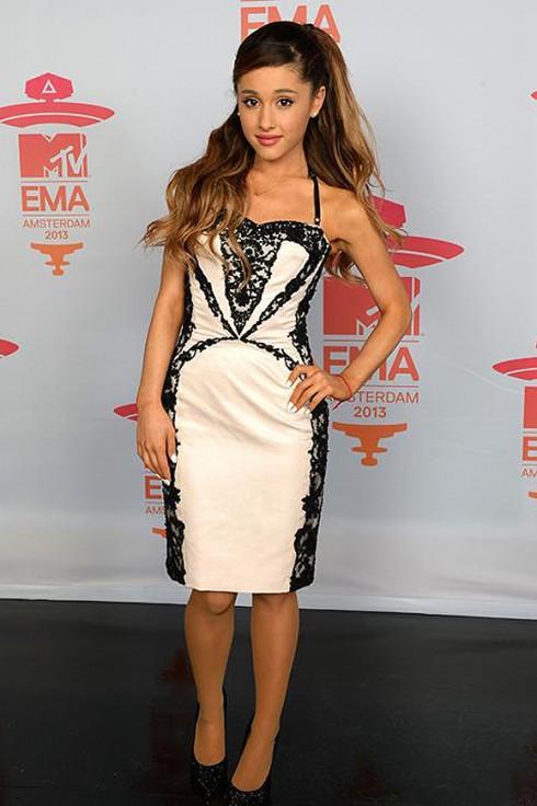 Ariana Grande chọn đầm nude nhẹ nhàng kết ren của Mikael D.