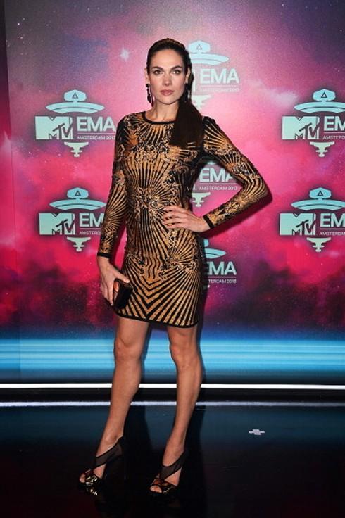 Người mẫu-diễn viên Anna Drijver sang trọng với đầm ôm bó sát gợi cảm cùng chi tiết in họa tiết bắt mắt.