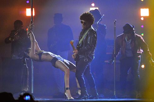 Bruno mars có màn trình diễn ấn tượng với những cô vũ công múa cột sexy.
