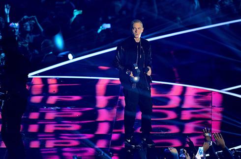 Không uổng công toàn bộ fan nhạc hip-hop trên khắp thế giới đổ về Amsterdam chỉ để chứng kiến màn biểu diễn cực kì ấn tượng của Eminem, khi anh bước ra từ một chiếc hộp khổng lồ và hát.