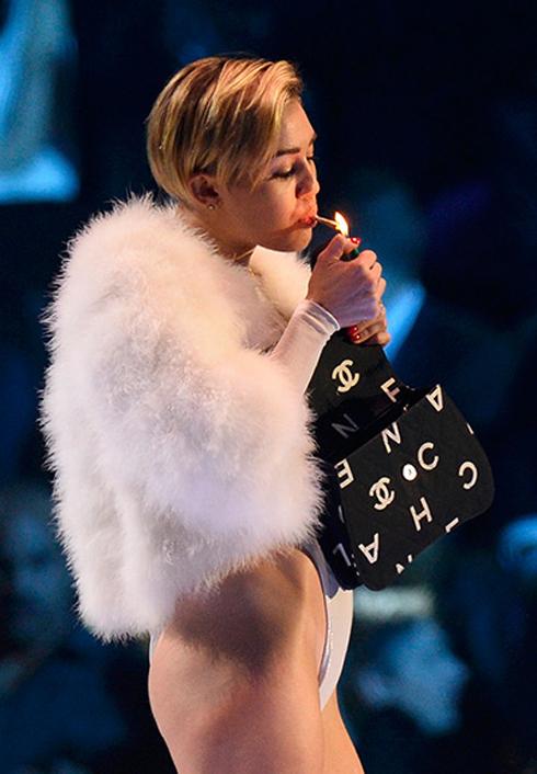 Khi nhận giải Video xuất sắc nhất, cô này lấy thuốc từ túi xách ra và hút ngay trên sân khấu.