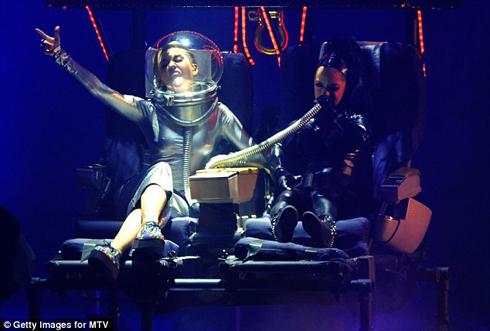 Miley Cyrus lại là tâm điểm của toàn bộ sân khấu đêm đó khi có rất nhiều hành động quá khích lạ lùng với cô vũ công lùn Little Britney.