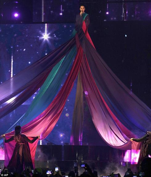 Trong khi đó, Katy Perry có tiết mục bay lên trời cực kì bắt mắt.