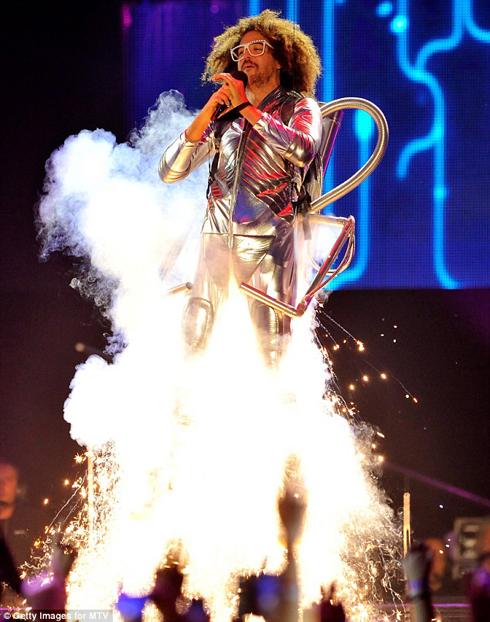 Ca sĩ của nhóm nhạc LMFAO đã có màn biểu diễn ấn tượng khi xuất hiện trong trang phục phi hành gia…
