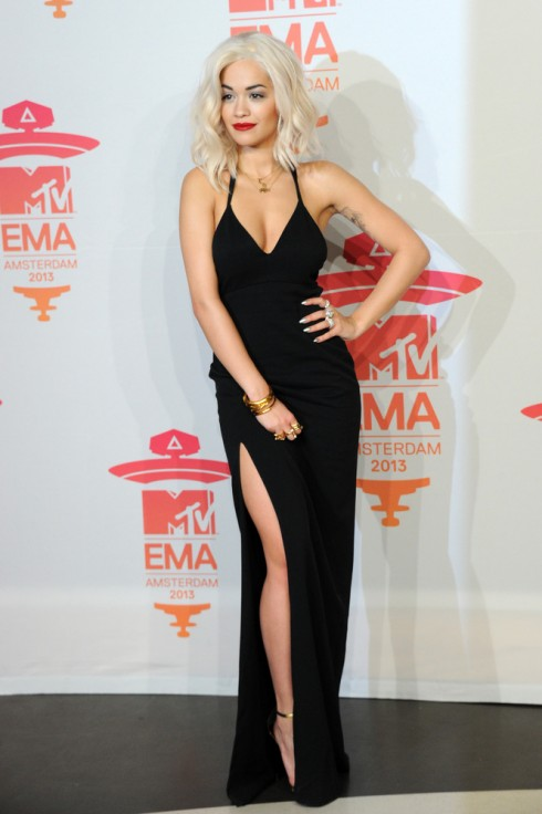 Ca sĩ Rita Ora quyến rũ trong bộ váy đen ôm sát người của Calvin Klein, làm nổi bật mái tóc nhuộm bạch kim.