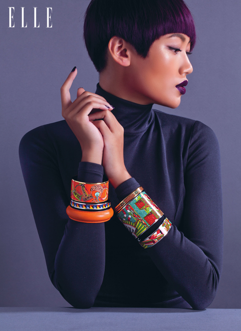 NGHỆ THUẬT - Những họa tiết tuyệt đẹp, thay đổi theo mùa của Hermès không chỉ xuất hiện trên khăn lụa mà còn có mặt trong các BST vòng tay. Kỹ thuật tráng men với độ sắc nét hoàn mỹ luôn khiến ta kinh ngạc và không thể không trầm trồ!<br/>Vòng tay men sứ họa tiết Hermès