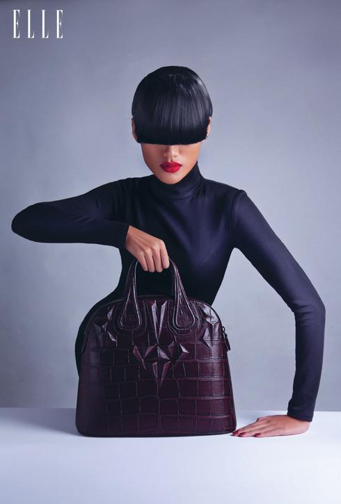 NĂNG LƯỢNG - Chiếc túi xách Givenchy với phom dáng cứng cáp, mạnh mẽ cùng các chi tiết nổi khối đầy thu hút trên bề mặt dường như tiếp thêm cho ta sự phấn khích mỗi ngày.<br/>Túi xách chất liệu da bò Givenchy