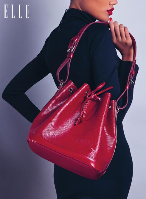 HIỆN ĐẠI - Chiếc túi Noé cổ điển đã được thay đổi rất nhiều về chất liệu và màu sắc qua thời gian. Mới đây, Louis Vuitton vừa bổ sung vào BST Noé tuyệt vời này mẫu túi Noé BB, đặc biệt bằng chất liệu da Epi nhiều màu sắc và kích cỡ nhỏ gọn nhất, phù hợp cho cuộc sống năng động của phụ nữ thành thị.<br/>Túi Noé Louis Vuitton