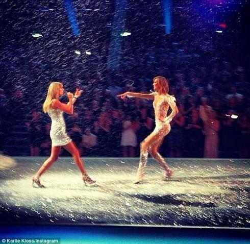 Taylor Swift và Karlie Kloss cùng biểu diễn trên sân khấu