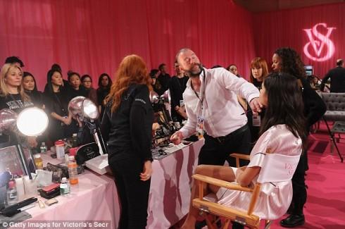 Hàng chục người học nghề háo hức chứng kiến quá trình trang điểm cho một người mẫu Victoria's Secret
