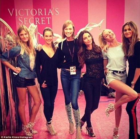 (Từ trái sang) Các người đẹp Constance Jablonski, Alessandra Ambrosio, Karlie Kloss, Lily Aldridge, Candice Swanepoel và Behati Prinsloo chụp hình trước khi thay đồ, trang điểm và làm tóc