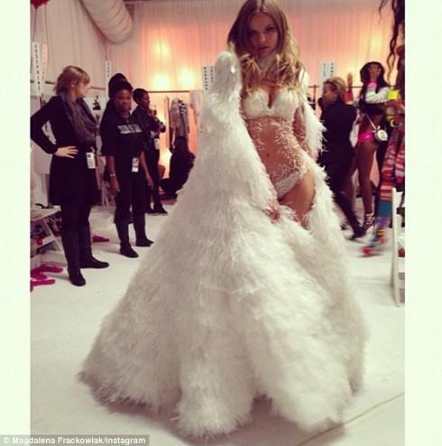 Magdalena Frackowiak chuẩn bị tỏa sáng với bộ nội y màu trắng và khoác ngoài một chiếc áo lông vũ sang trọng
