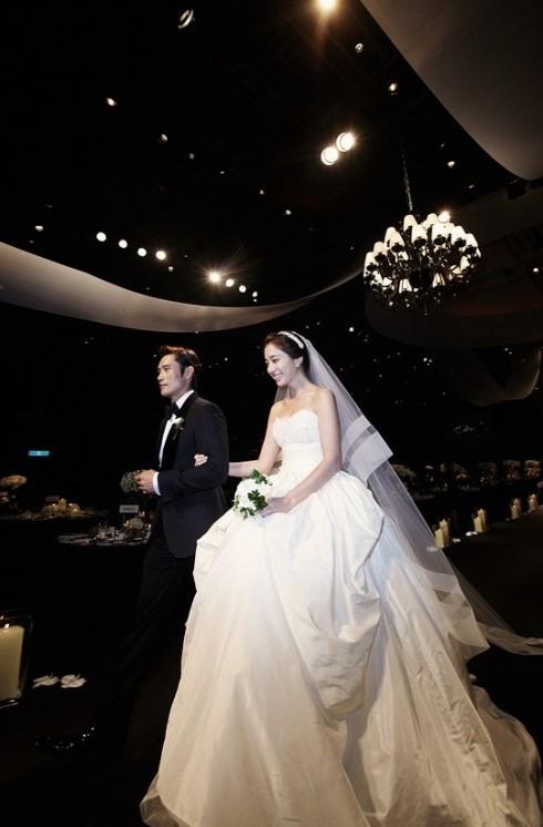Không fan yêu điện ảnh Hàn Quốc nào không ngất ngây với tiệc cưới lung linh như cổ tích của cặp đôi Lee Min Jung và Lee Byung Hun. Cô dâu rạng ngời, chú rể ngập tràn hạnh phúc và một đám cưới mật ngọt, đó là ước muốn của bất cứ cô gái nào. Trang phục cưới của Lee Min Jung sẽ khiến nhiều bạn gái ấp ủ mơ ước có được một bộ váy như thế cho ngày trọng đại của đời mình.