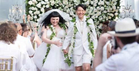 Nếu bạn không sở hữu thân hình thắt đáy lưng ong, điều đó cũng không ảnh hưởng gì đến tiệc cưới trong mơ của bạn cả. Thử chiêm ngưỡng bức ảnh cưới rất dễ thương của Beth Ditto trên đảo Hawaii, bạn sẽ có thêm rất nhiều ý tưởng độc đáo, phá cách để làm cho ngày trọng đại của mình trở nên đáng nhớ.