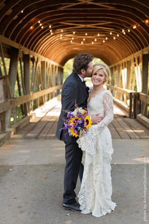 Giọng ca Stronger đã có một tiệc cưới ngọt ngào và ấm cúng vào cuối tháng 10 vừa qua. Với chiếc đầm cưới ren vintage, Kelly tỏa sáng rạng rỡ trong bức ảnh cưới của mình. Nếu thuộc tuýp cổ điển, bạn có thể sẽ rất yêu thích phong cách này của Kelly Clarkson.