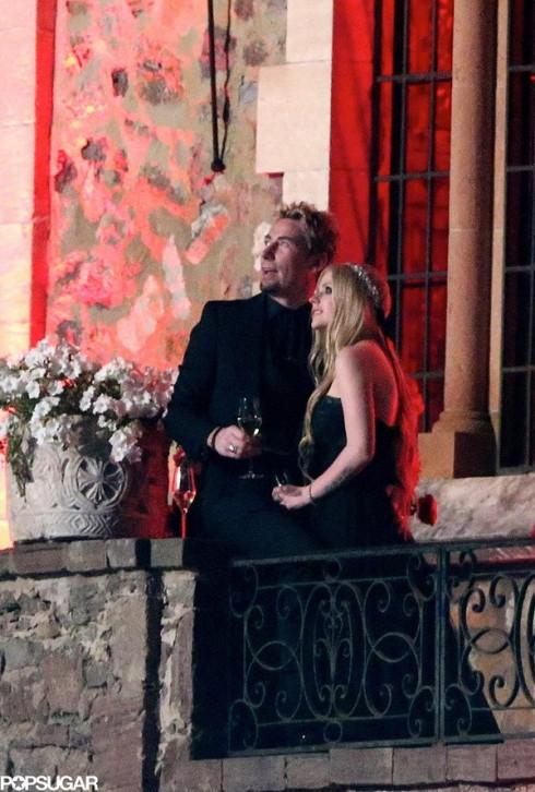 Tháng 7 vừa qua, nữ ca sĩ Avril Lavigne đã tổ chức một đám cưới đáng nhớ với màu đen là tông màu chủ đạo. Nếu ở Châu Á màu đen không được yêu thích lắm trong bữa tiệc chúc phúc thì ở phương Tây đây lại là một phong cách mới đem lại nét đẹp bí ẩn và có chút nổi loạn.